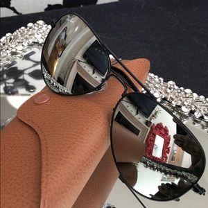 Black Rayban aviators with mirrored lenses